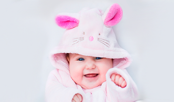 Bebé feliz com roupão de coelho