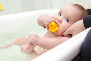 Dar banho ao bebé todos os dias. Há quem diga que não!